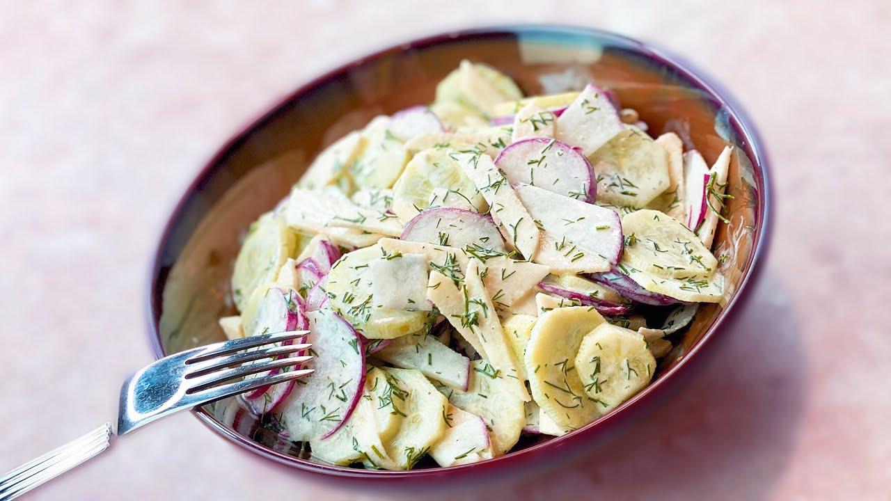 Весенний салат с редиской, огурцами и яблоком