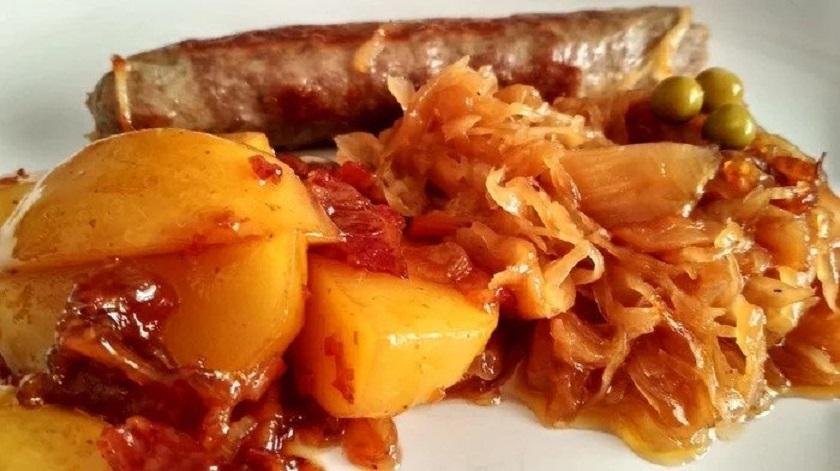 Ужин в немецком стиле: капуста, картошка и сосиски на одном блюде