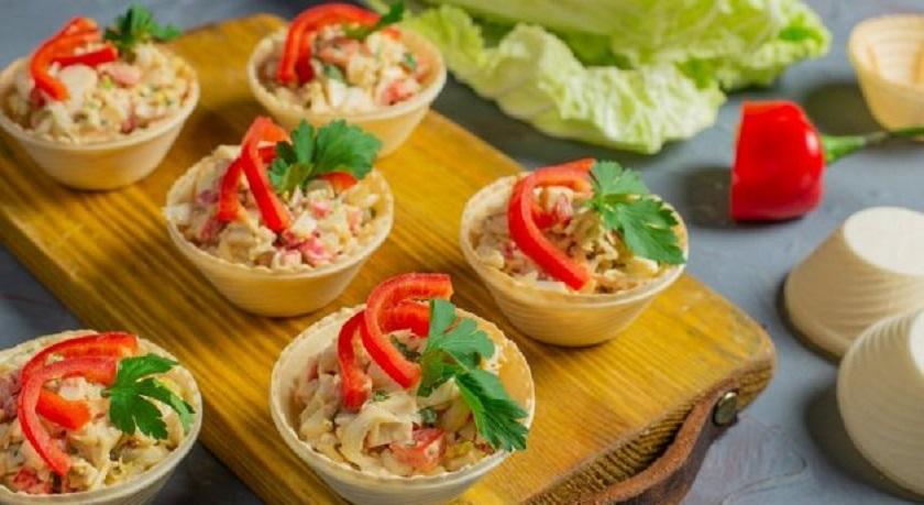 Легкий крабовый салат в тарталетках: быстрая закуска на праздничный стол