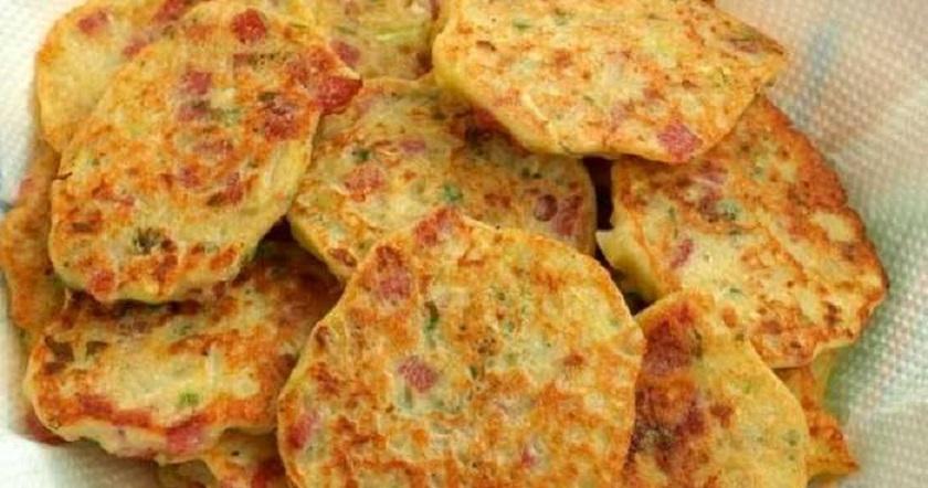 Овощные оладьи с копченой колбасой: оригинальный перекус на скорую руку