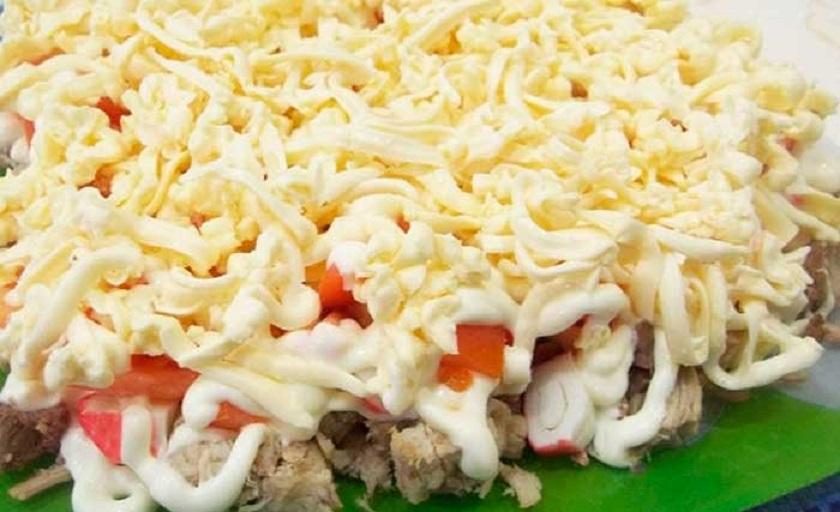 Салат со свининой и крабовыми палочками: необычное, но очень вкусное сочетание