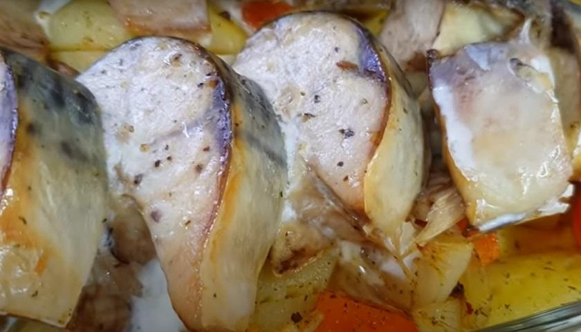 Скумбрия с овощами и кефиром в духовке: вкусно и очень просто