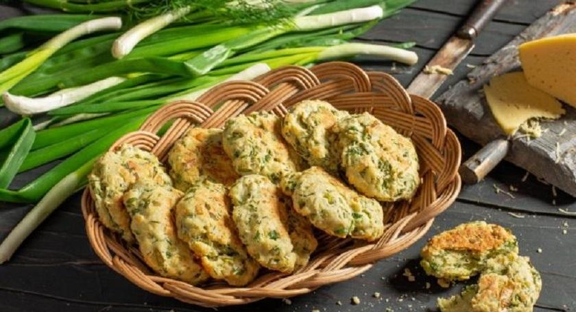 Сырное печенье с луком и укропом: простая и вкусная выпечка на завтрак