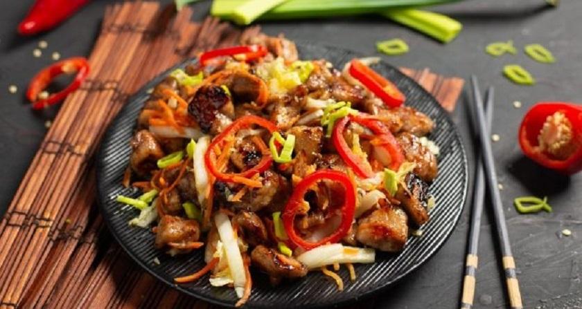 Теплый салат с курицей: с корейской морковкой и пекинской капустой