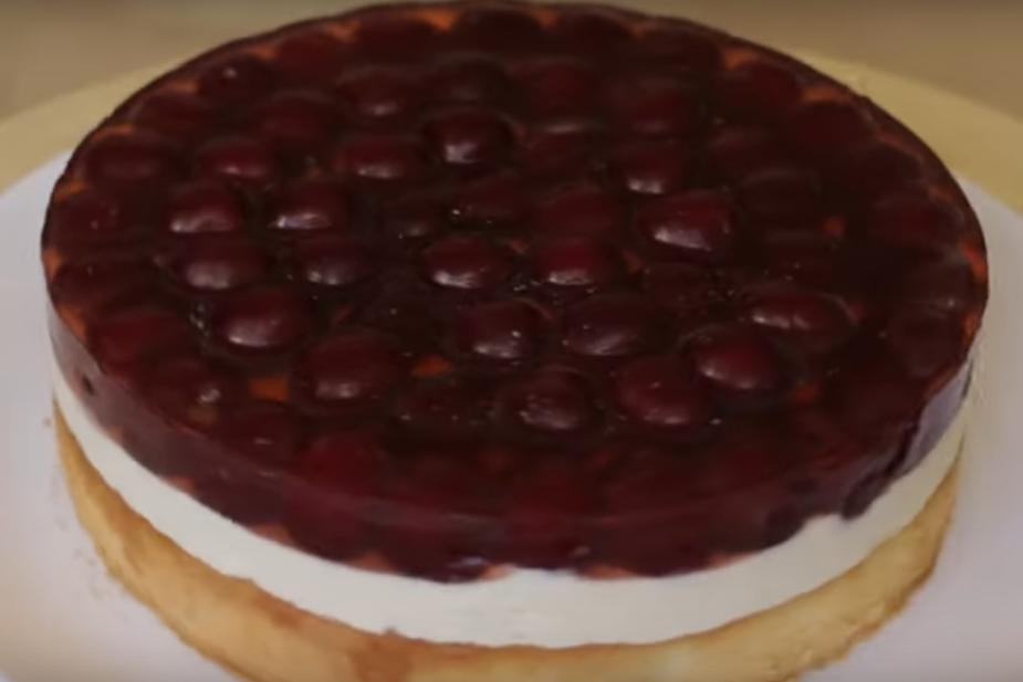 Тирольский пирог с ягодами и заварным кремом