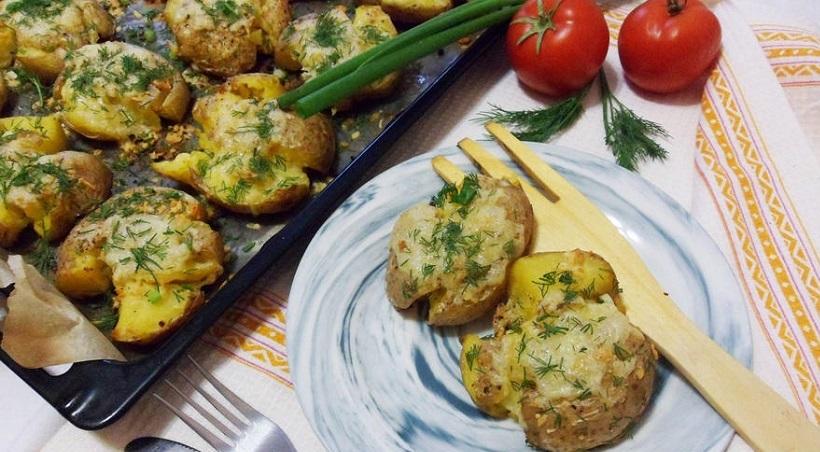 Мятый картофель, запеченный в духовке: отличное блюдо для поднятия настроения