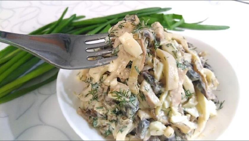 Аппетитный салат с кальмарами и жареными шампиньонами: потрясающий рецепт
