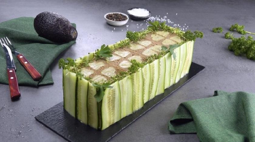 Закусочный торт из черного хлеба с курицей: простой летний рецепт