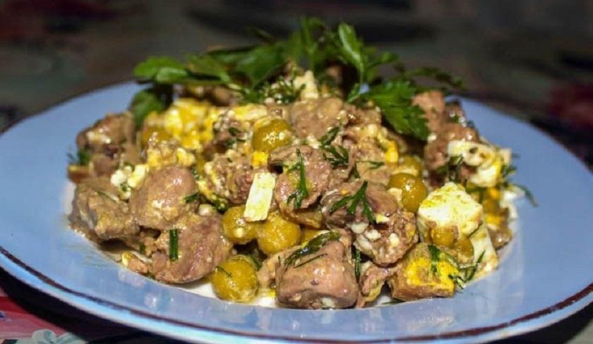 Салат «Легенда» из куриной печени: с сердечками, сыром и грибами