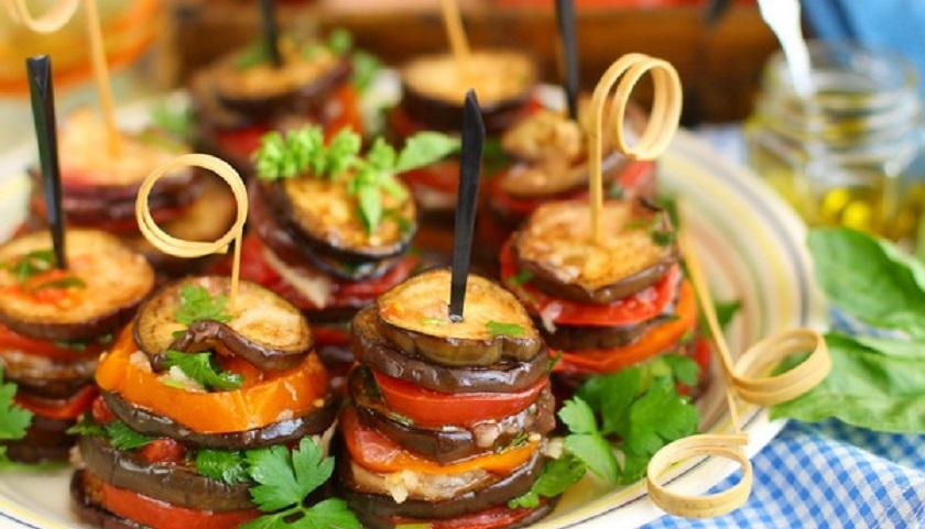 «Башенки» из баклажанов и помидоров: невероятно вкусная закуска
