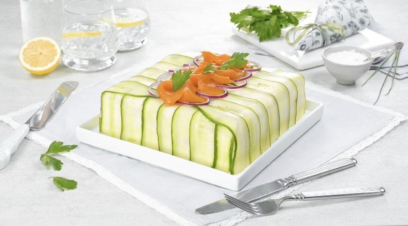 Бутербродный торт со свеклой и копченым лососем: классная замена обычному салату