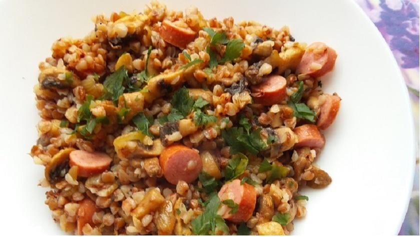 Рассыпчатая гречка с сосиской и грибами: вкусный ужин в рукаве