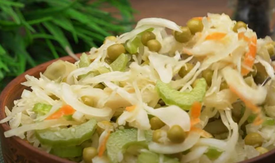 Вкусный и быстрый салат из квашеной капусты