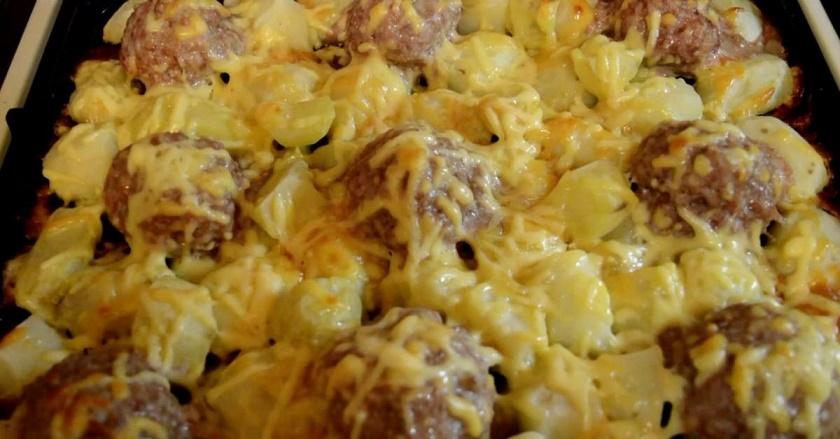 Мясные ежики с картошкой под сырной шубкой: блюдо без хлопот
