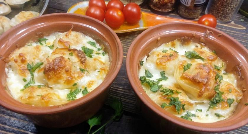 Запеченные пельмени с вешенками и сыром: готовим в горшочках
