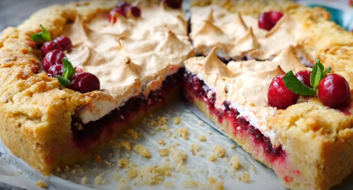 Пирог с клюквой и безе: идеально к празднику