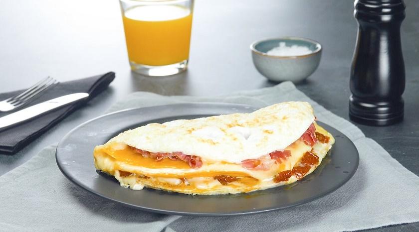 Необычные способы приготовления яиц: многослойный омлет и кубики