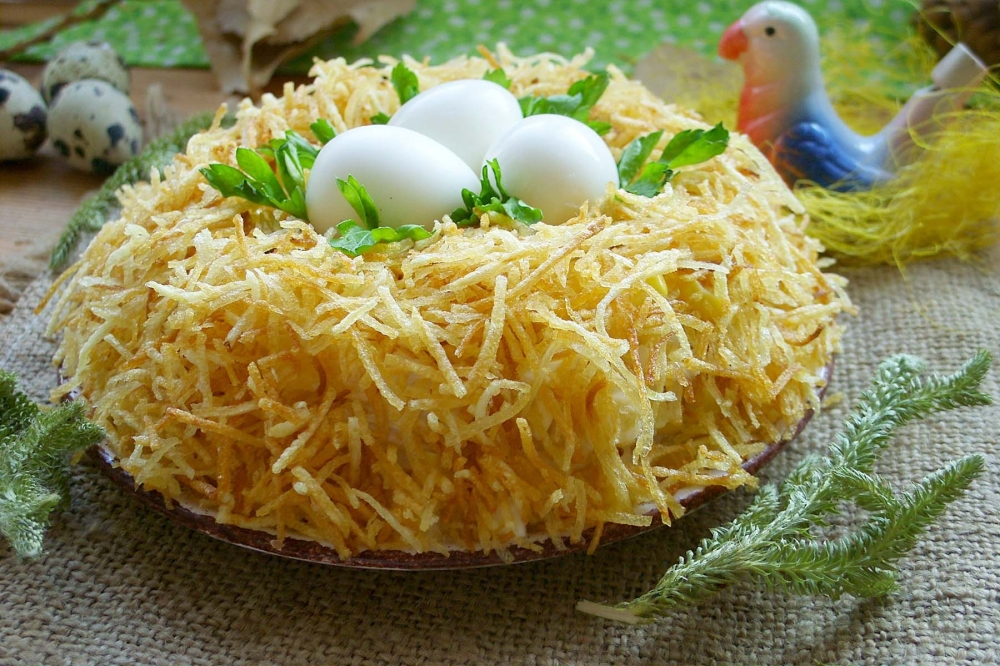 """Салат """"Гнездо глухаря"""": вкусное и интересное блюдо"""