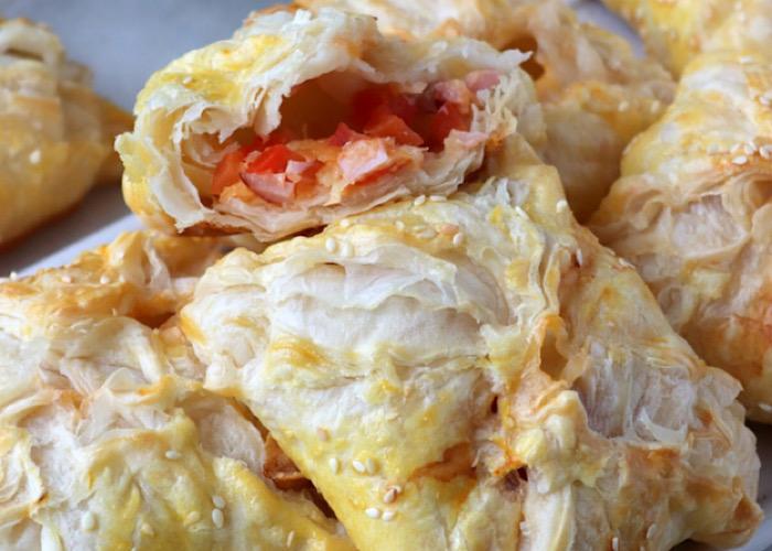 Аппетитные слойки с ветчиной, сыром и помидорками