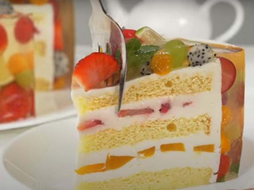 Необыкновенно красивый торт с фруктами
