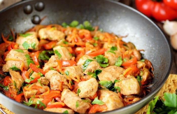 Аппетитное куриное филе с овощами в соусе терияки