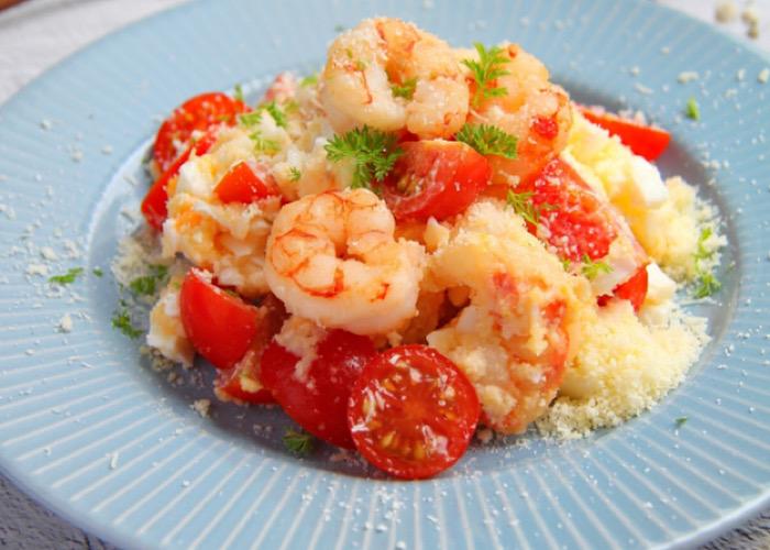 Вкуснейший салат с креветками, помидорами и пармезаном