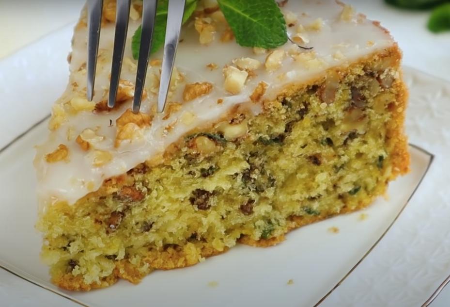 Бисквитный лимонный пирог с орехами и мятой