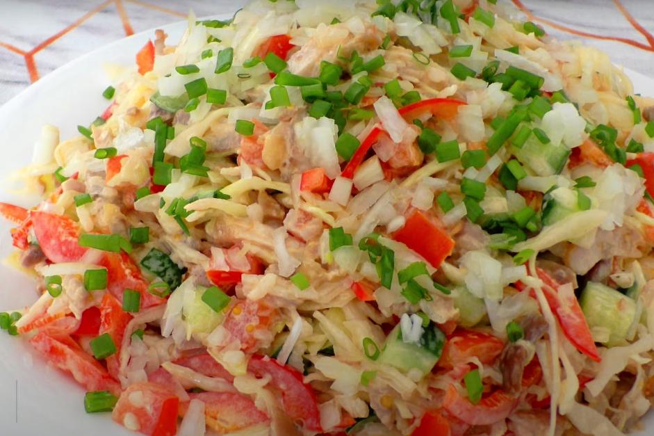 Сочный салат с капустой и курицей