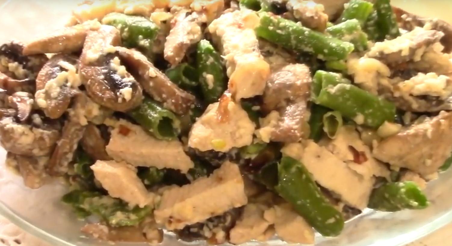Сытный горячий салат в сливочной заправке