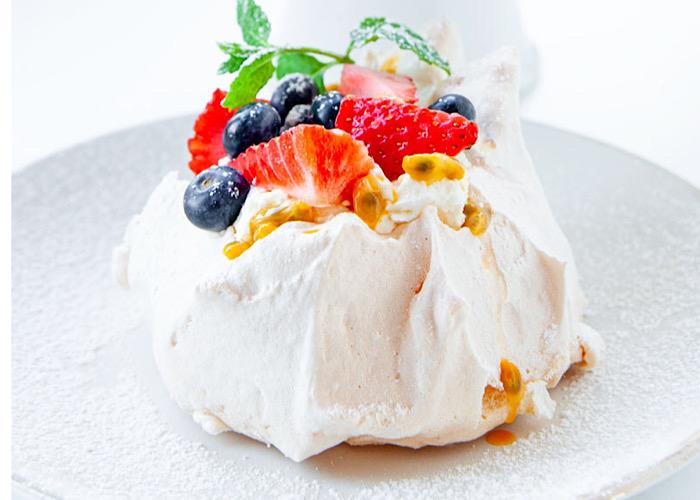 Восхитительные безешки с ягодами и кремом из маскарпоне