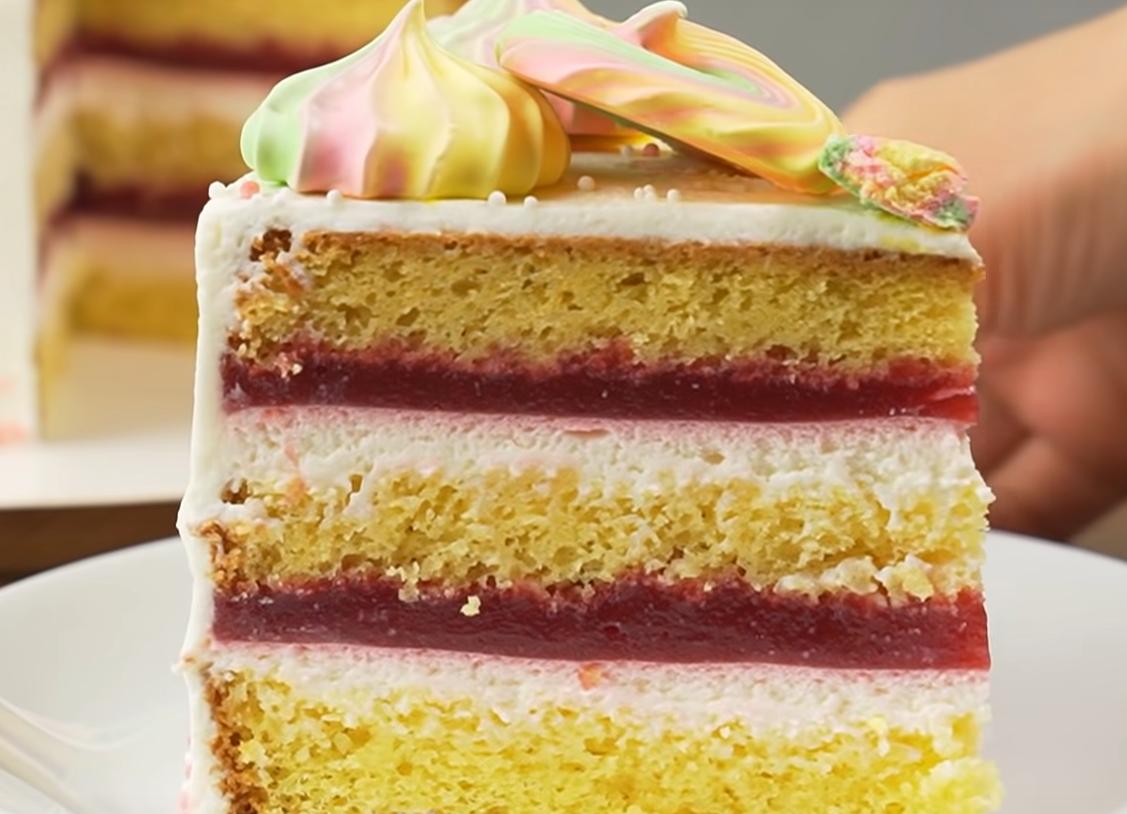 Аппетитный торт с малиной и сметанным кремом