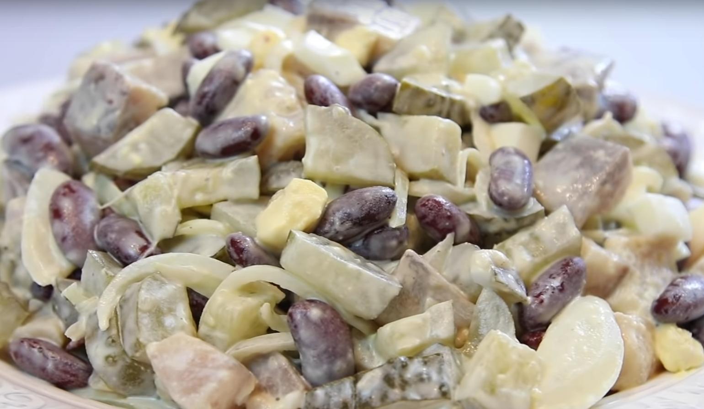 Простой салат из фасоли и сельди