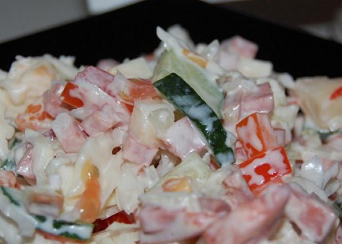 """Отменный салатик """"Авантюрист"""" с капустой и копченой колбасой"""