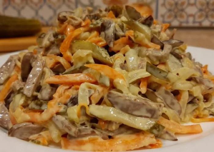 Аппетитный салат из говяжьей печени и овощей