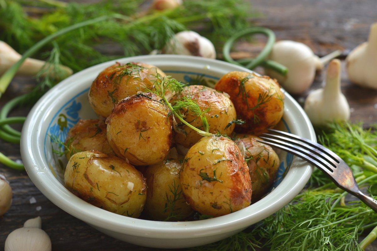 Жареная картошка с чесноком и укропом
