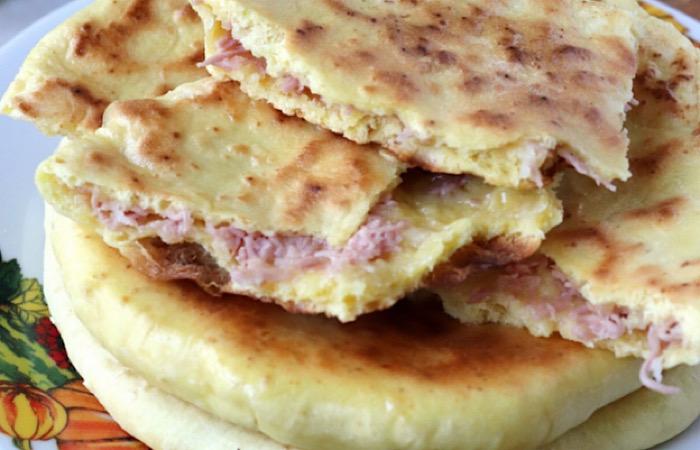 Аппетитные лепешки с сосисками и сыром
