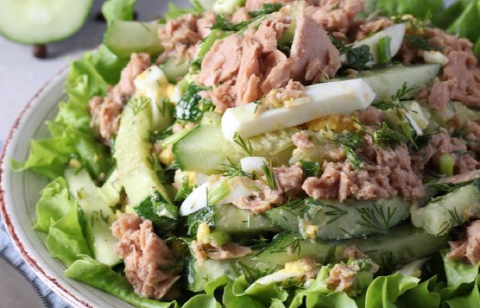 Вкуснейший салат с тунцом, огурцом, яйцом и зеленым луком