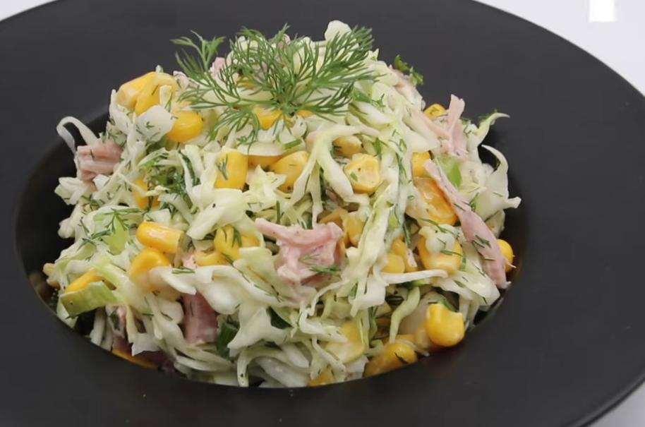 Капустный салат с кукурузой и копченостями