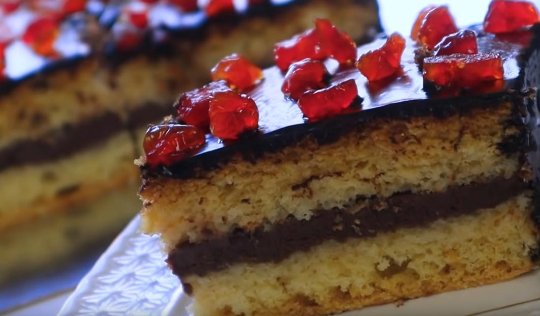 Простой бисквитный торт с шоколадной глазурью