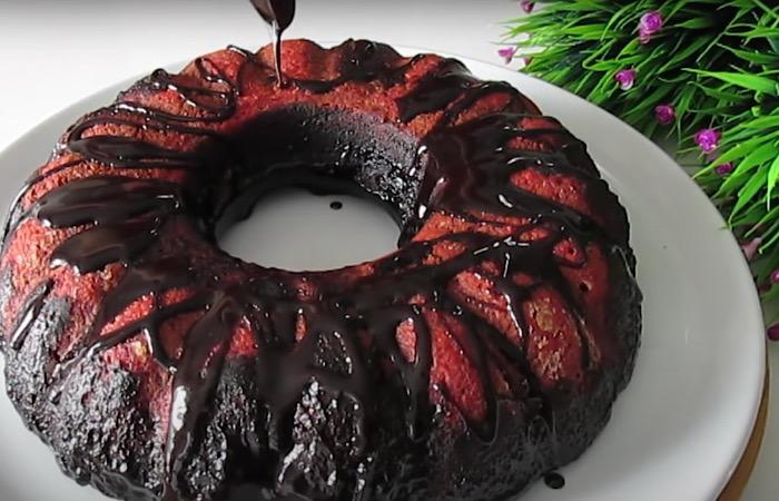 Изумительно вкусный свекольный кекс с шоколадным соусом