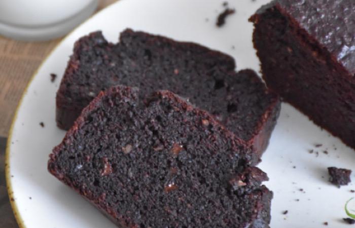 Восхитительно вкусный шоколадный кекс с цукини и финиками
