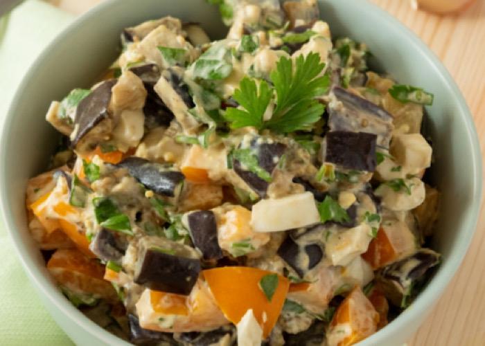 Вкуснейший салат из баклажанов с яйцом и помидорами