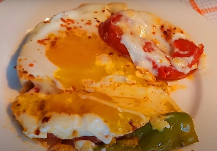 Завтрак: яичница с помидорами и перцем