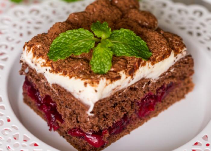 Нежнейший тортик из шоколадного бисквита и вишни