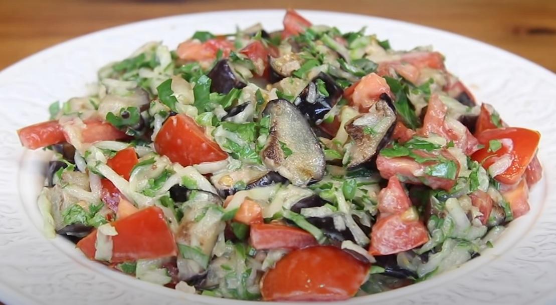 Пикантный салат с баклажанами