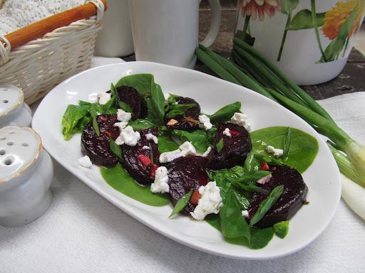 Очень вкусный салат из запеченной свеклы