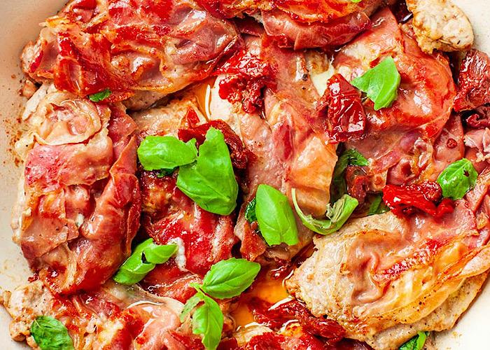 Очень вкусная жареная свиная вырезка с ветчиной, сыром и вялеными помидорками