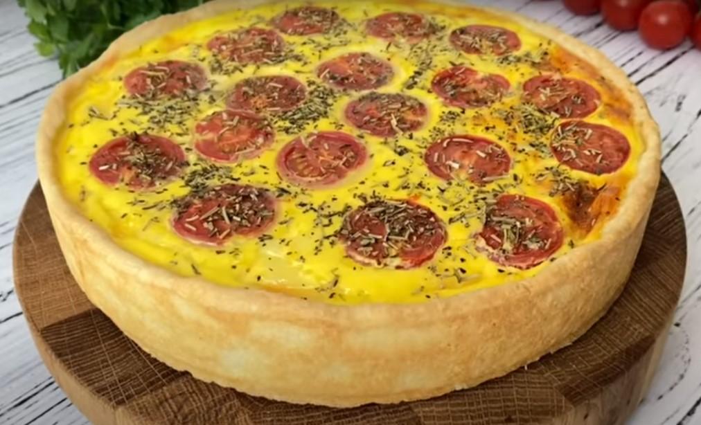 Открытый пирог с курицей, помидорами и восхитительной заливкой